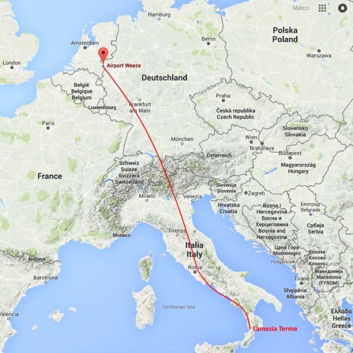Fluggroute: Von Weeze an der niederländischen Grenze über Stuttgart, Verona, Rom bis Lamezia Terme.