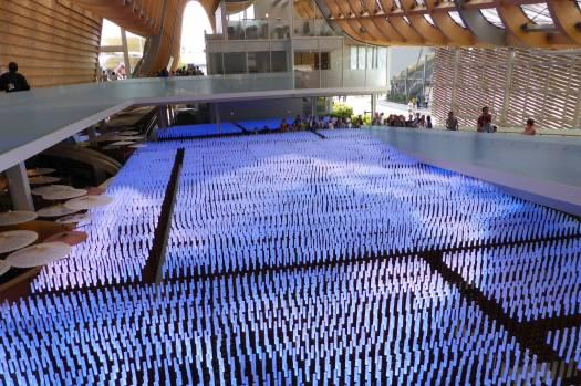 Tausende von lichtleitenden Plastikhalmen bilden ein Feld aus aus Kunststoff, das auch ein Display ist.