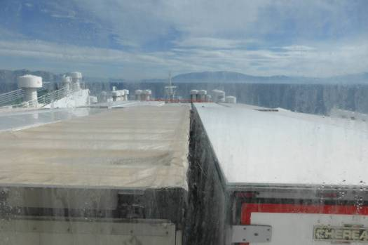 Blick aus dem Kajütenfenster auf Lastwagen.