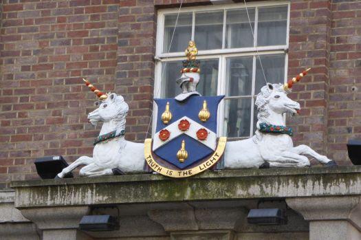 Ein stolzes Wappen mit.... zungerausstreckenden Einhörnern? WER SOLL EUCH DENN ERNST NEHMEN?
