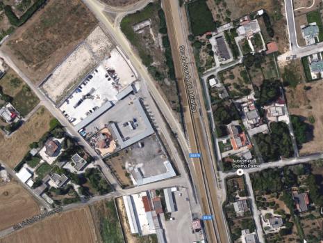 Im rechten Winkel von der Autobahn ab und dann im Hinterhof eines anderen Grundstücks liegt Firefly. Mittlerweile zumindest korrekt auf Google Maps verzeichnet. Das wart im November noch anders.