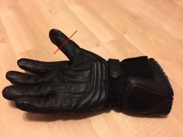 """Die rote Linie zeigt, wo mein Daumen im Handschuh  """"Louis75 xTraFit"""" von HELD endet. Der Handschuhdaumen ist rund 30 Prozent länger als bei einem normalen Menschen. Sind die vielleicht für Außerirdische vom Planeten Knäcke IV gemacht?"""