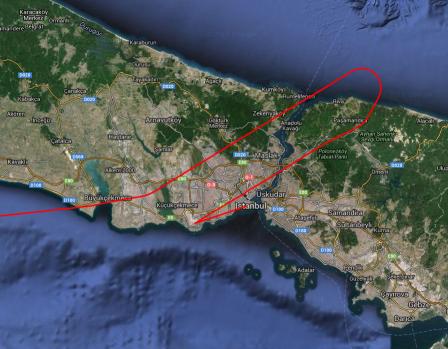 Das Flugzeug fliegt von West nach Ost über die Stadt hinweg, dreht über dem schwarzen mehr um und macht den Landeanflug von Osten.