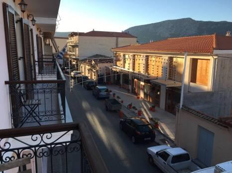 Hauptstraße von Delphi. Der Ort ist ein winziges Dorf, ein krasser Kontrast zum großen Namen den er trägt.