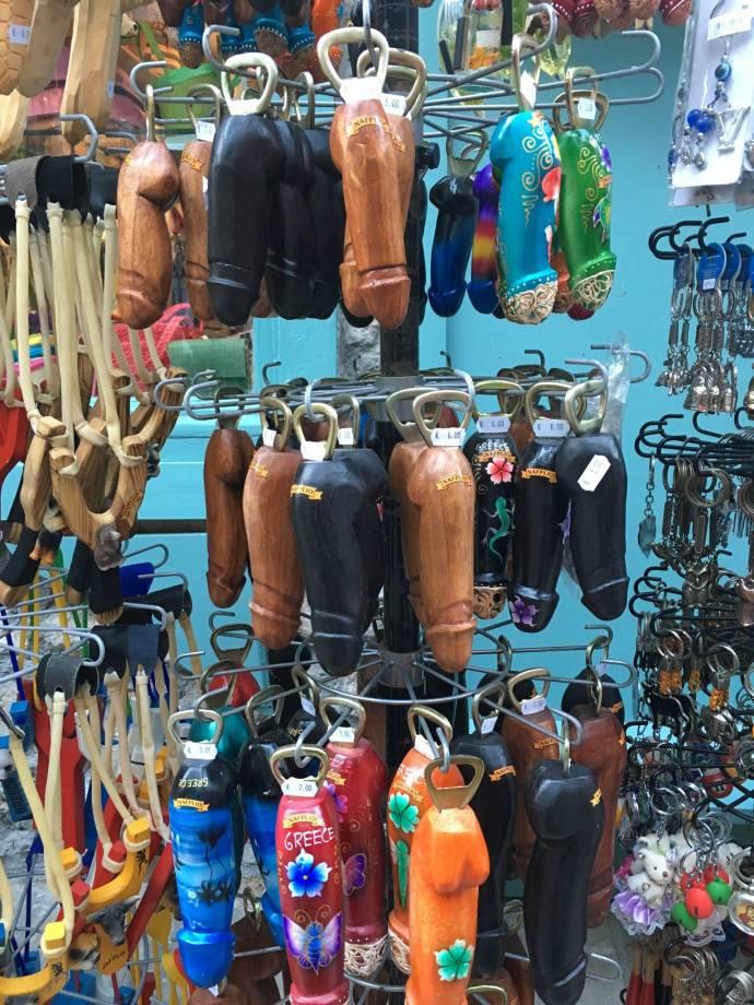 Traditionelles griechschisches Handwerk. Bei Touristinnen sehr beliebt.