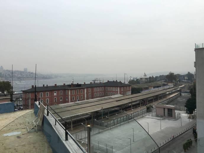 Der Frühstücksraum des Hürriyet geht in eine Dachterasse über, die einen schönen Blick über den Bosporus bietet. Aber heute morgen haben wir da kein Auge für.