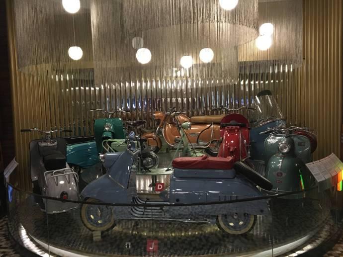 Die 50er: Motorroller sind in Mode, Familien können sich ein Auto meist nicht leisten.