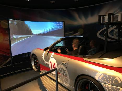 Auch was Besonders: Ein Carrerasimulator. Ein Mal mit dem Porsche über die Piste von Monza fegen. Der Simulator bewegt das Ganze Auto dabei.