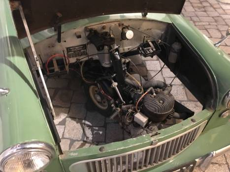 Englisches Dreirad: Der Motor sitzt auf dem Vorderrad und wird mit bewegt.