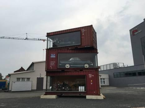 Vor dem Speicher: Wie Spielzeugautos stehen hier echte Wagen in Containern.