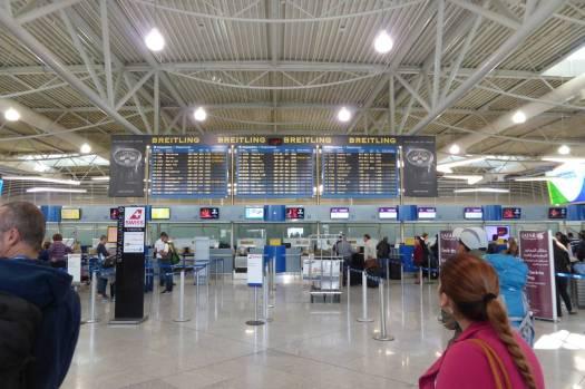 ...in den Flughafen.