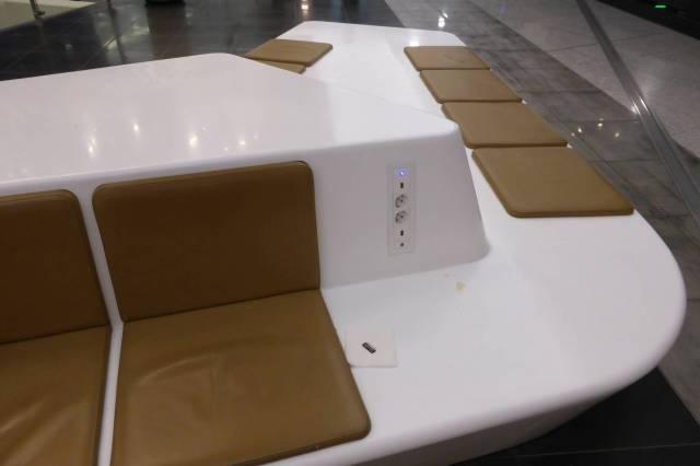 Sitzgelegenheit mit Strom- und USB-Anschluss, dazu kostenloses WLAN. Im Ausland geht sowas!