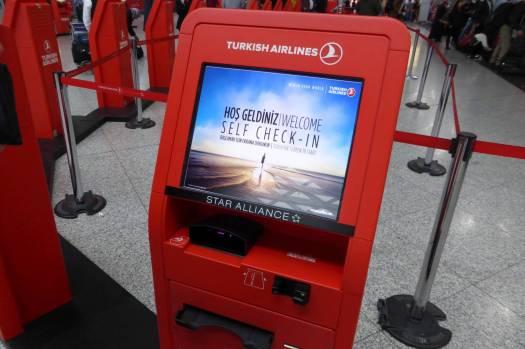 An solchen Automaten scannt man seinen Reisepass, dann druckt er die Bordkarte.