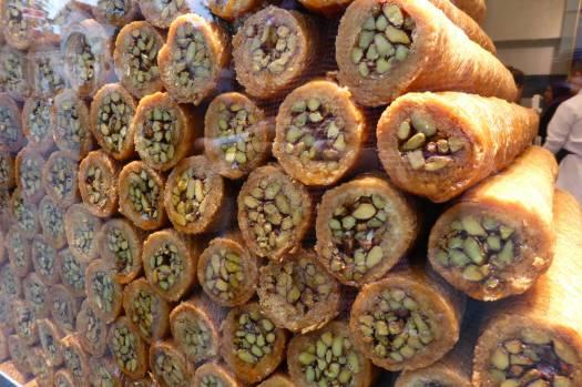 Das hier ist nicht das, was ich gegessen habe. Das hier ist Baclava, Blätterteigfäden in Zuckersirp und innen Pistazien.