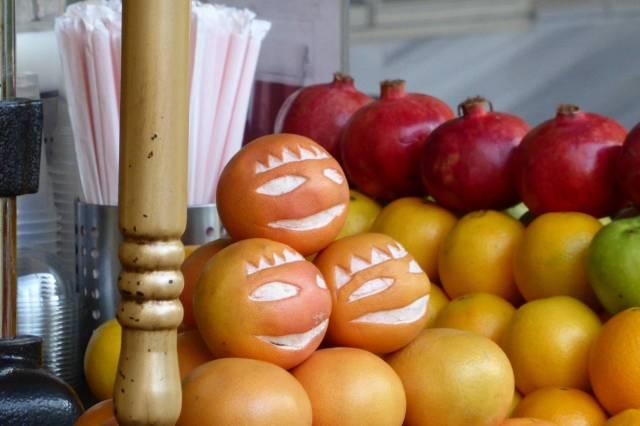 Und Obst. Obst liegt hier auch rum.