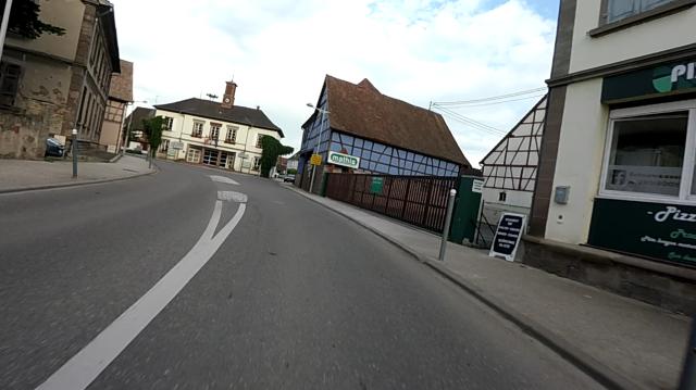 Frankreich ist seltsam. Viele Häuser in den Ortschaften sind aufwendig renoviert, aber manche sind seit dem zweiten Weltkrieg nicht angefasst worden. Das Haus links ist voller Einschußlöcher aus dieser Zeit.