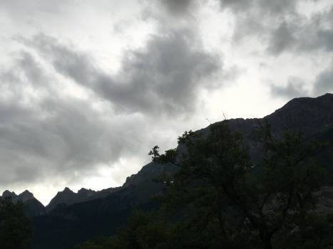 Dunkle Regenwolken am Massiv La Trinité.