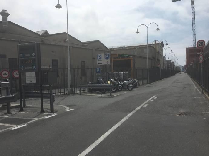 Perfekter Parkplatz im alten Hafen vo Genua.