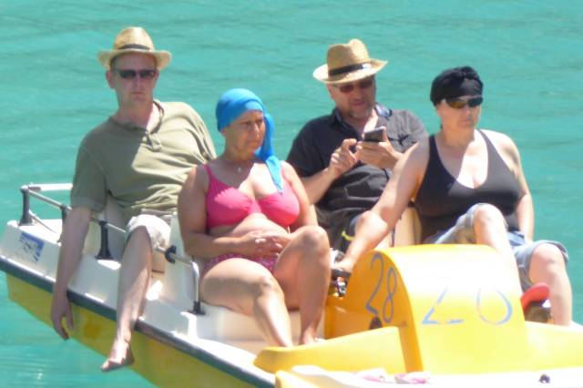 ...So wie der Hund machen es auch diese Herren. Hinten im Boot sitzen und Pornhub gucken, während die Ehefrauen strampeln müssen.