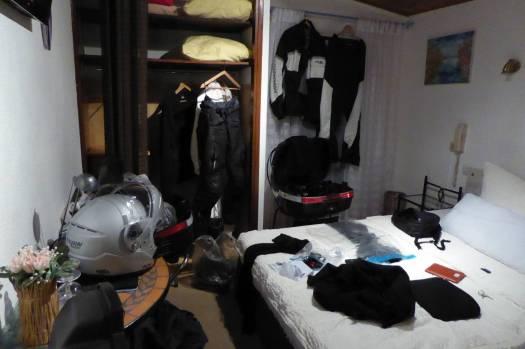 Zwei Minuten später: Chaos im Zimmer. Über alle hängen und liegen Sachen zum Trocknen.