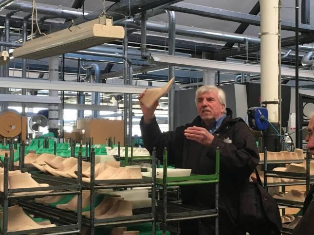 Herr Schünemann arbeitet selbst seit fast 50 Jahren im Fagus-Werk und macht heute Besucherführungen.