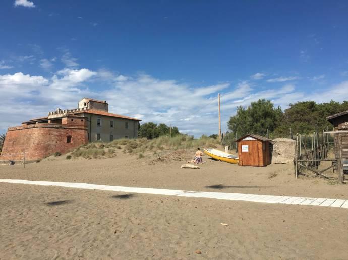 Die alte Strandfestung von Castagneto Carducci.
