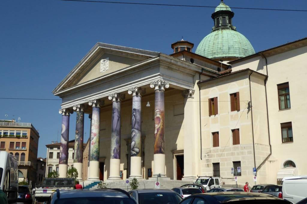 Die Säulen des Doms sind bunt verhüllt.