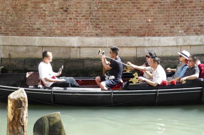 ...sind asiatische Touristen. Die heiraten auch gerne an jeder Ecke in Venedig.
