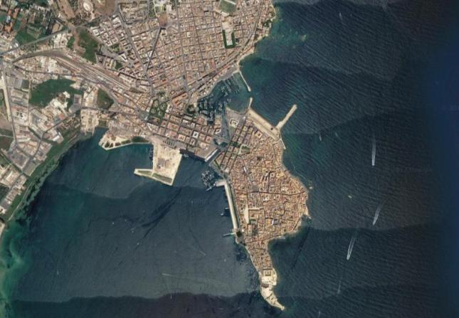 Die Altstadt ist eine Halbinsel vor der Küste.