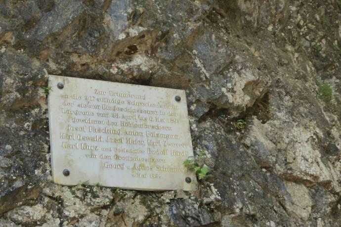 Die Gedenktafel erinnert an die Rettungsaktion.