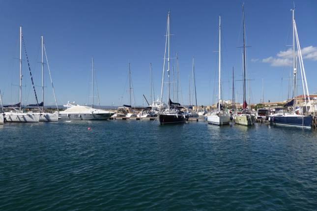 Im Hafen schaukeln die Yachten.
