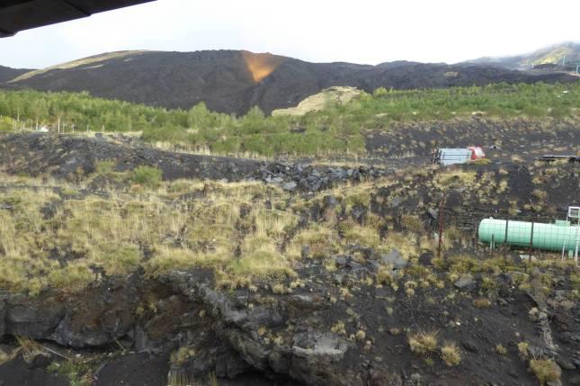 Blick aus meinem Zimmerfenster. Ich schaue direkt auf die Flanke des Vulkanbergs!