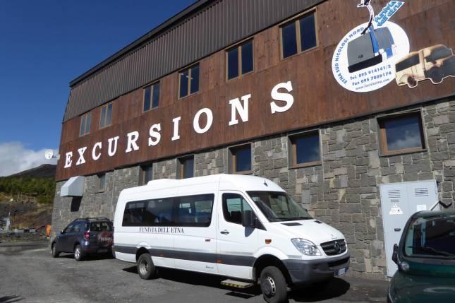 Vielleicht 100 Meter vom Hotel enfernt: Die Seilbahnstation, beider man Fahrten auf den Berg buchen kann.
