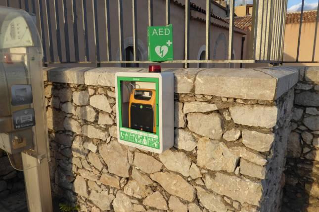 Ein Defibrillator. Die Dinger hängen an immer mehr öffentlichen Orten. Den Umgang damit sollte man auch mal geübt haben.
